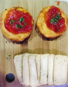 Queso de cabra rebozado con mermelada de tomate